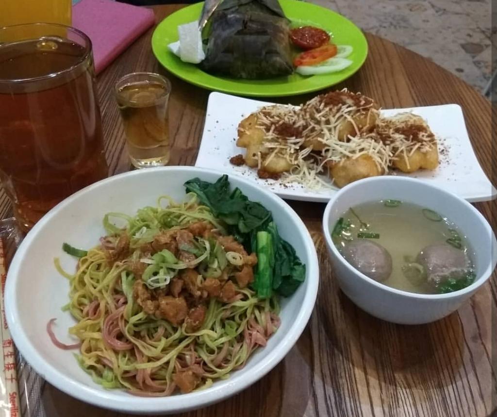 Mie pelangi favorit dan bakso goreng paling enak di BSD Tangerang