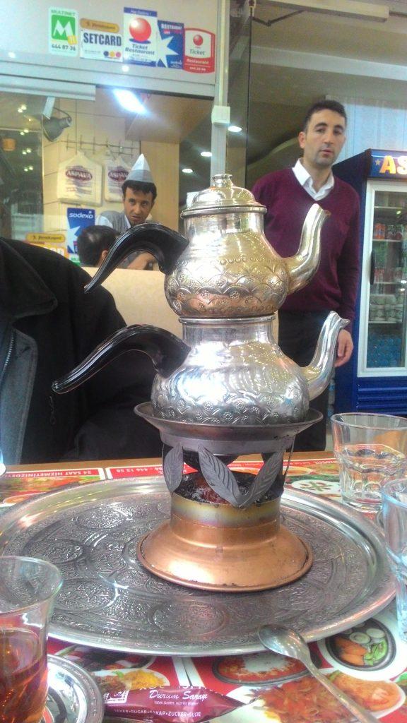 Menyajikan turkish tea, lebih enak dengan poci yang ini